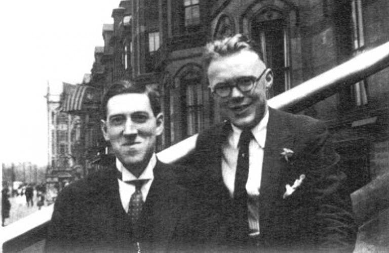 Лавкрафт и Уильям Дж. Доуделл (1898-1953), журналист-любитель, в Бостоне, июль 1921 г.