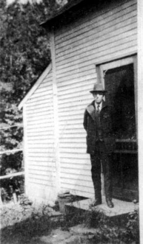 Говард Лавкрафт в доме Бреста Ортона в Вермонте, 1928 г.