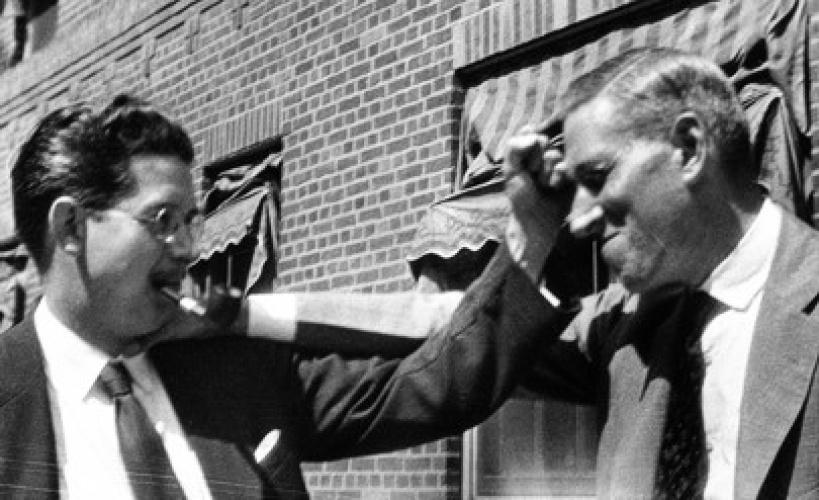 Лавкрафт и Фрэнк Белнэп Лонг (1901—1994), американский писатель, дурачатся, 1931 г.
