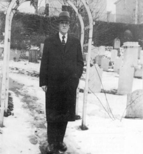 Говард Лавкрафт на кладбище 1935 г.