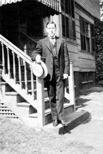 Лавкрафт около дома, в котором прошло его детство, Провиденс, примерно 1919 г.