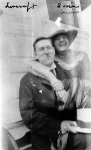 В 1921 году Лавкрафт посетил съезд журналистов-любителей в Бостоне, где познакомился с Соней Грин, своей будущей женой