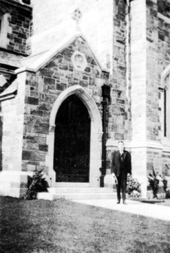 Говард перед Епископальной церковью Святого Мартина, Провиденс, 1919 г.